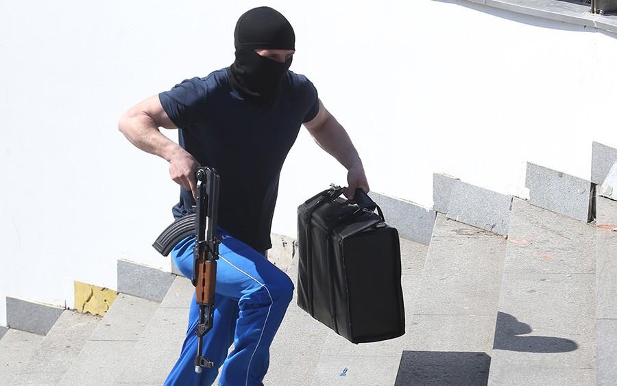 """POBJEGLI SA DOBRIM PLIJENOM Naoružani """"kalašnjikovima"""" oteli iz banke više od 100.000 evra"""