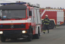 EVAKUISANA ZGRADA U BEOGRADU Vatrogasci na terenu, građani na ulici