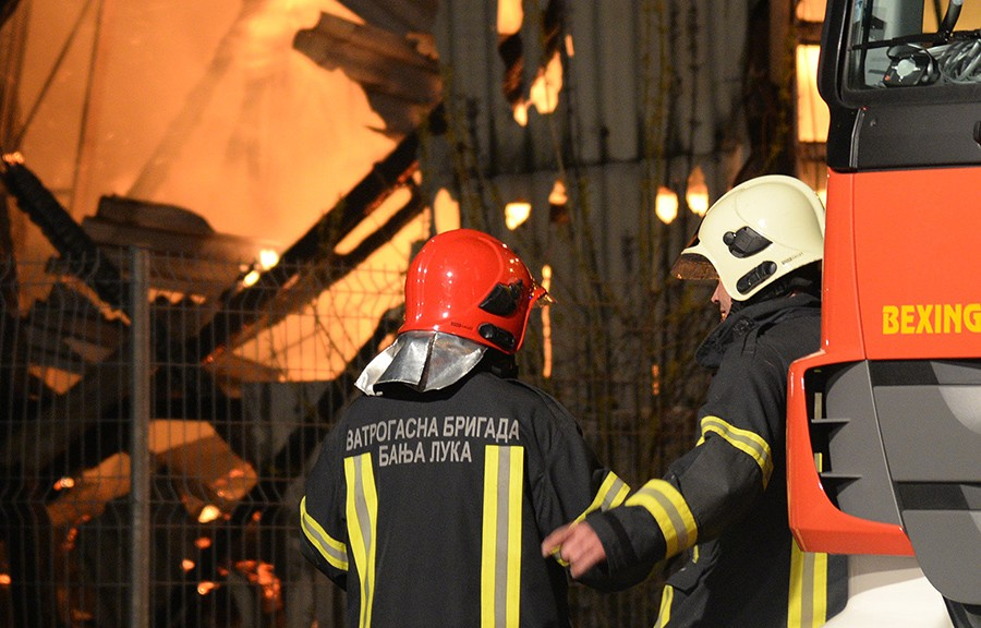 VATRA OZBILJNO PRIJETILA I KUĆAMA Zbog nepažnje građana vatrogascima PUNE RUKE POSLA (FOTO)