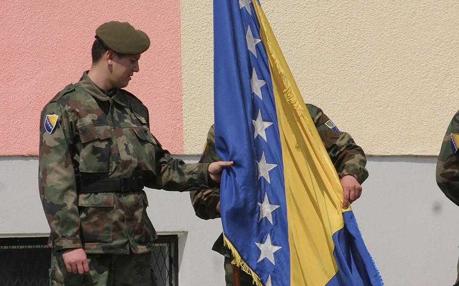 ŠTA MLADI MISLE O SIMBOLIMA BiH Zajednički praznik može, ali sporni su zastava i grb