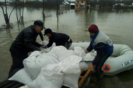 SITUACIJA U GRADIŠKI BACA U OČAJ Voda potopila brojna naselja, presjekla putne komunikacije i ušla u mnoge kuće