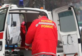 OČEVICI OPISALI UMALO KOBAN DOGAĐAJ Automobil skrenuo sa kolovoza i udario dječaka na trotoaru
