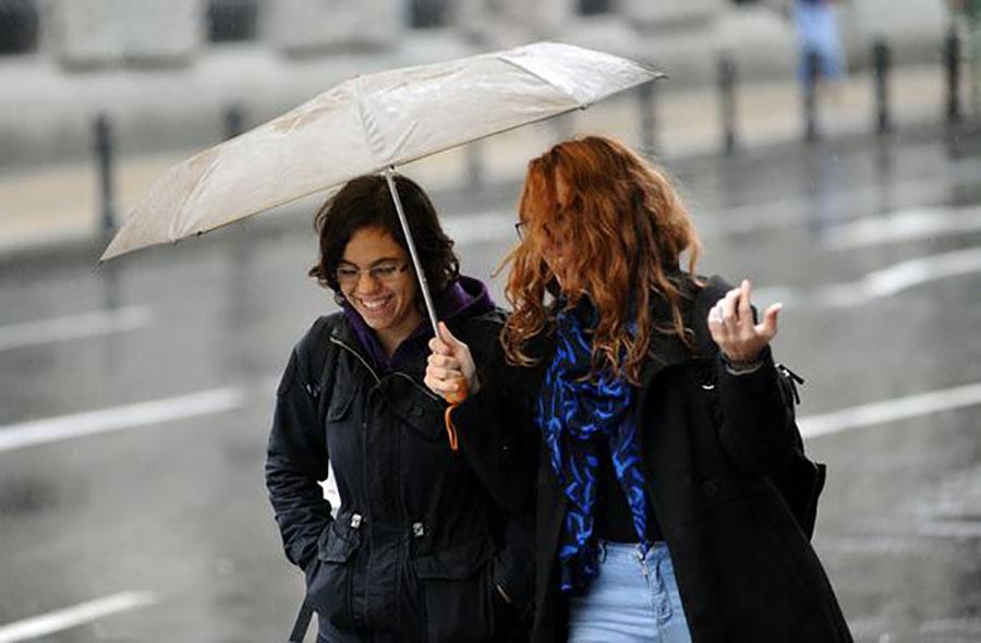 ZA BOLJE RASPOLOŽENJE Kako da se obučete tokom kišnih dana (FOTO)