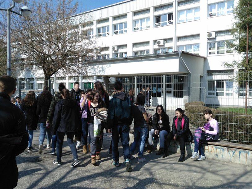Zabranjena izazovna odjeća, upadljivi nokti i ŠMINKA: U školama uskoro novi kodeks oblačenja i ponašanja