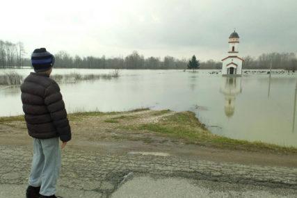Na ušću Vrbasa u Savu voda porasla za VIŠE OD METAR: Stanovnici naselja kod Srpca u STRAHU ČEKAJU NOĆ (FOTO)