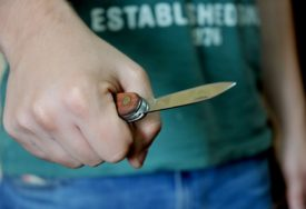 NAPAD NOŽEM U CENTRU GRADA Uhapšen migrant osumnjičen za ubadanje mladića U STOMAK