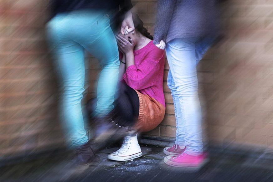 """""""RODITELJI ĆE TE IZBACITI IZ KUĆE"""" Tri dječaka ucijenjivala drugarice da će objaviti njihove gole fotografije ako ih ne budu ORALNO ZADOVOLJILE"""