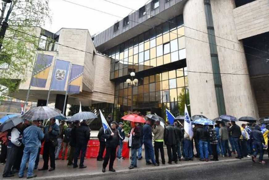 Stotine veterana FBiH protestuje pred zgradom Federalnog parlamenta u Sarajevu