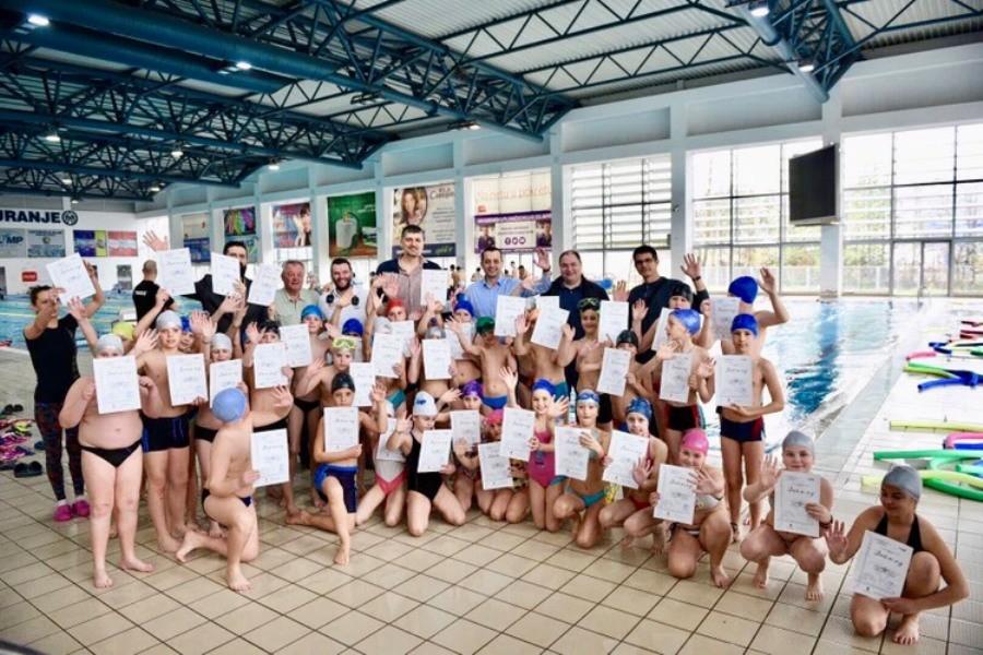 Diplome za male delfine: Osnovci naučili plivati
