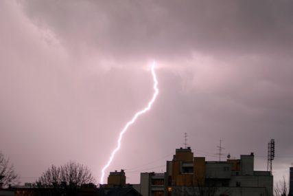 ZABILJEŽENO DO 20.000 UDARA GROMA Veliku Britaniju zahvatilo olujno nevrijeme