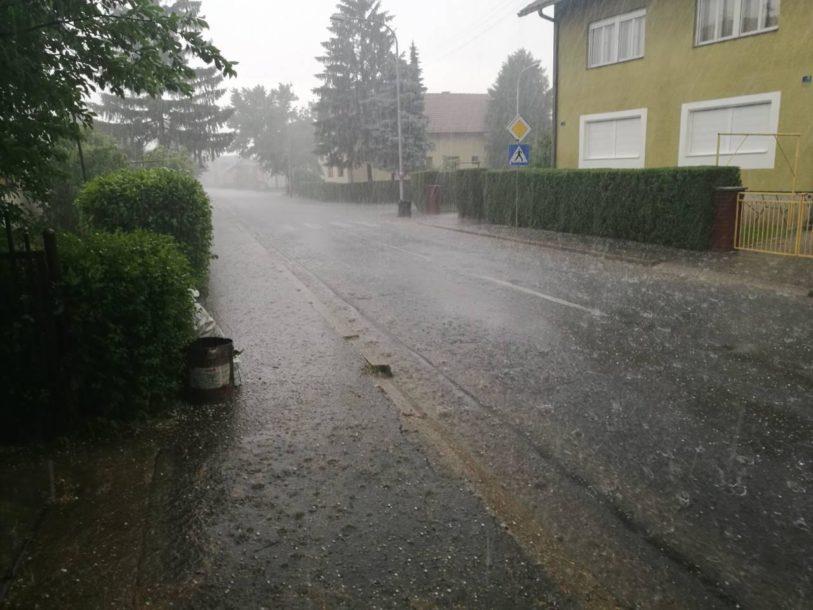 AUTOMOBILI POD VODOM Za tri sata palo više od 20 litara kiše po metru kvadratnom