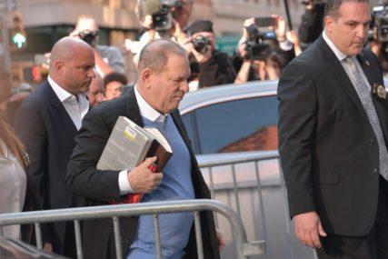 UHAPŠEN FILMSKI PRODUCENT Harvi Vajnstin se predao policiji, sa sobom nosio TRI KNJIGE