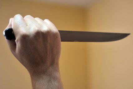 USRED PRODAVNICE IZBO DRUGA Kamere snimile jeziv pokušaj ubistva, bivšem prijatelju nož zario TIK DO SRCA