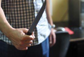 Muškarac IZBO NOŽEM četiri osobe u CENTRU grada, među povrijeđenima i TINEJDŽER
