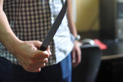 POLICIJA TRAGA ZA NAPADAČIMA Čovjek izboden nožem nasred ulice, hospitalizovan u teškom stanju