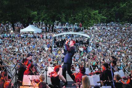 SPEKTAKL U BEOGRADU Hiljade građana pohrlilo na koncert Filharmonije na Ušću
