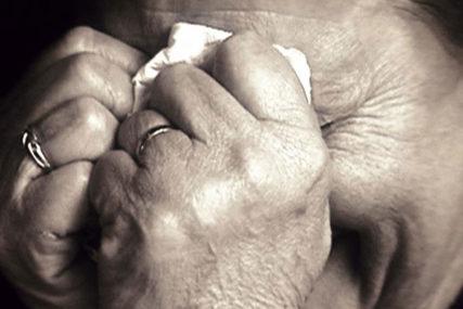 UŽAS U KLJUČU Komšija (37) na livadi SILOVAO STARICU (71), policiju alarmirao sin nesrećne žene