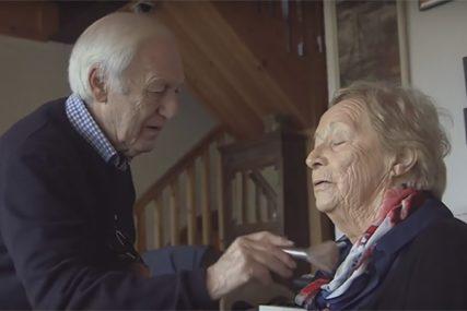CVJETA LJUBAV I NAKON 56 GODINA BRAKA Po stare dane upisao kurs šminkanja kako bi uljepšavao suprugu koja gubi vid