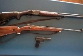 HAPŠENJE U DOBOJU Tri muškarca zapucala, pa bacila oružje