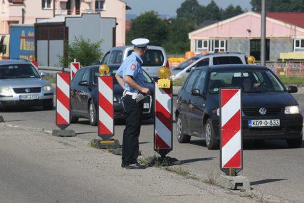 """NESVAKIDAŠNJI ULOV POLICIJE U BANJALUCI Vozač u automobilu """"kia"""" krio MAČETU"""
