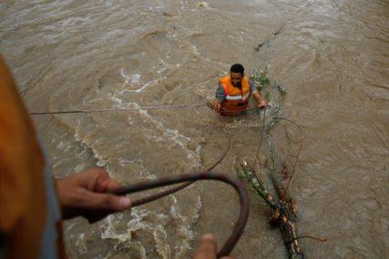 BUJICE POHARALE NASELJA Do sada11 osoba stradalo u poplavama u Jordanu