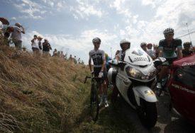 Tur de Frans NAKRATKO PREKINUT, biciklisti naletjeli na PROTEST FARMERA i sijeno na putu