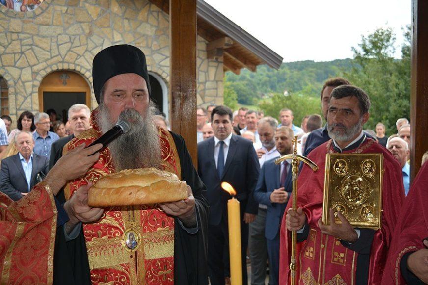 OSVEŠTAN OBNOVLJENI HRAM KOD LOPARA Episkop Fotije pozvao na duhovno jedinstvo srpskog naroda i onih koji vode državu