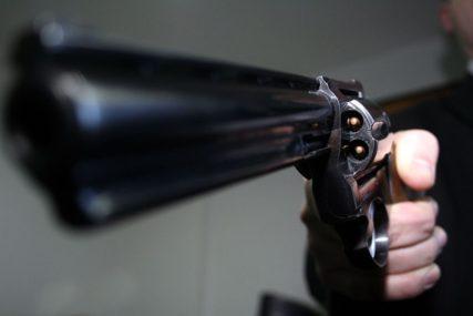 KRVAVA PLJAČKA Nekoliko desetina lopova RAZNIJELO BANKU, ima i ranjenih