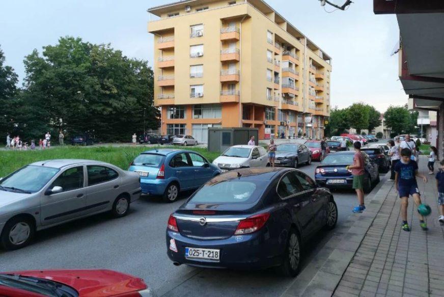 NEMOGUĆE GUŽVE STANARIMA PRAVE PROBLEM Parkiraju po trotoarima, ulici i ulazima u zgrade