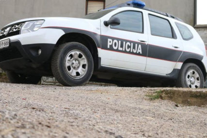 POLICIJA NA NOGAMA Mladić pronađen MRTAV ispred zgrade u kojoj je živio
