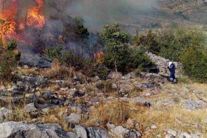 VATRA SE PRIBLIŽAVA KUĆAMA Požari u okolini Bileće i Trebinja aktivni, teren nepristupačan za gašenje