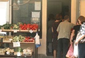 AKCIJA BRAČNOG PARA KOD PALA Besplatno povrće za one koji su ostali bez posla (FOTO)