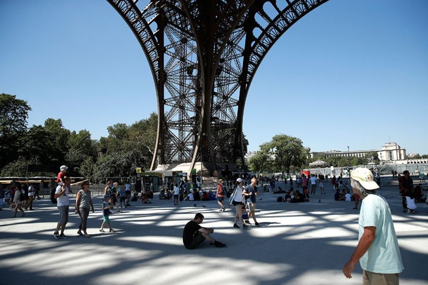 DRAMA U PARIZU Spasioci pregovaraju sa muškarcem na Ajfelovoj kuli