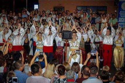 """Koncert """"Bosiljak i prijatelji igraju za Derventu"""" održan na ljetnoj sceni na korzu"""