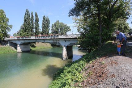 Postavljene žardinjere: Gradski most ukrašen cvijećem