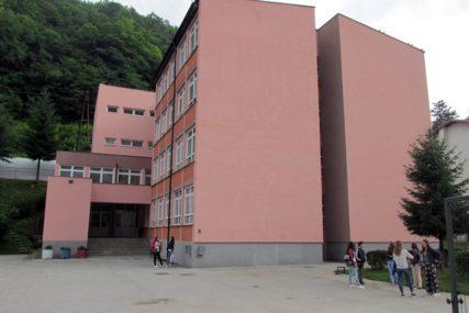 Otpad divlje svinje postavljen je pored bivše fabrike, a ne Memorijalnog centra u Srebrenici