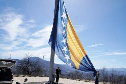 ZEMLJA NIČIJA, BRIGA SVAČIJA Kome pripada Bosna i Hercegovina?