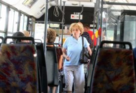 INCIDENT U GRADSKOM PREVOZU Puklo staklo sa prozora u autobusu i POVRIJEDILO DIJETE (13)