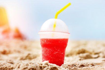 NEMA VEZE ŠTA PIŠE NA AMBALAŽI Plastične čaše, pribor za jelo i posude nisu bezbjedne za korišćenje