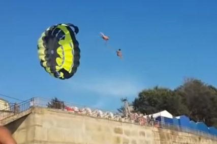DRAMA NA PLAŽI Par sa padobranom je naletio na dalekovod, pa ih je UDARILA STRUJA (VIDEO)