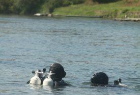 NESTALI DOK SU SAKUPLJALI DRVA Potragu za supružnicima koji su nestali u rijeci nastavljaju ronioci