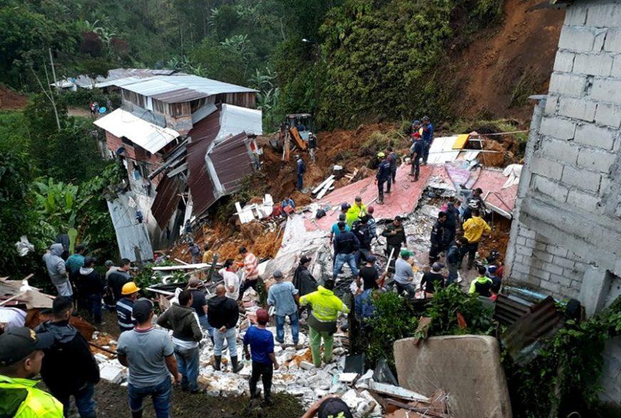 KOMBI ZATRPAN 20 METARA ISPOD ZEMLJE U stravičnoj nesreći stradalo najmanje 15 ljudi