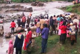 TRAGEDIJA U UGANDI Pokrenulo se veliko klizište, stradalo na desetine ljudi (FOTO)