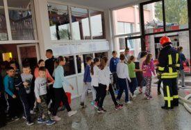 POKAZNA VJEŽBA U ŠKOLI Osnovci učili kako da se ponašaju u slučaju požara (FOTO)