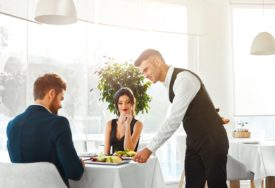 SVRHA JE DOBRA ZABAVA U ovom restoranu kao uslugu NAPLAĆUJU GLUPA PITANJA (FOTO)