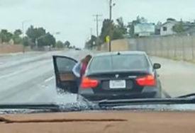 INTERNET SE GROHOTOM SMIJE Dječak (13) vozio djevojku u novom BMW-u, a onda ga stigla MAMA SA KAIŠEM (VIDEO)