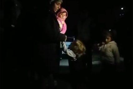 HLADNU NOĆ PROVEŠĆE U ŠATORIMA Migrantima na granici stigla pomoć, žene i djeca bore se za KORU HLJEBA (VIDEO)