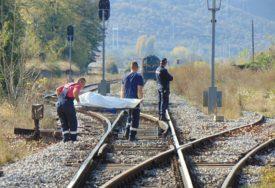 NESREĆA NA PRUŽNOM PRELAZU Teretni voz naletio na automobil, poginula jedna osoba