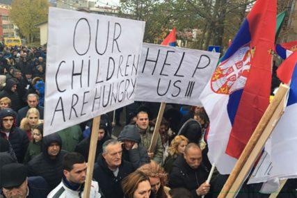 Srbi na Kosovu ponovo protestuju, Albanci s druge strane mosta slave DAN ZASTAVE