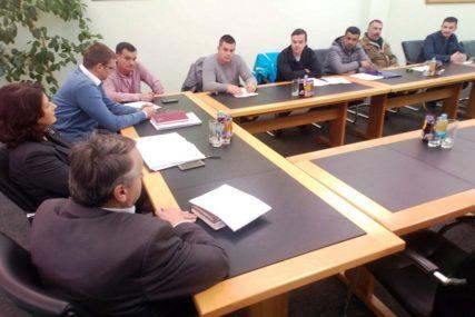 Zapošljavanje mladih u Gradiški: Materijalna pomoć i podrška od ključne važnosti
